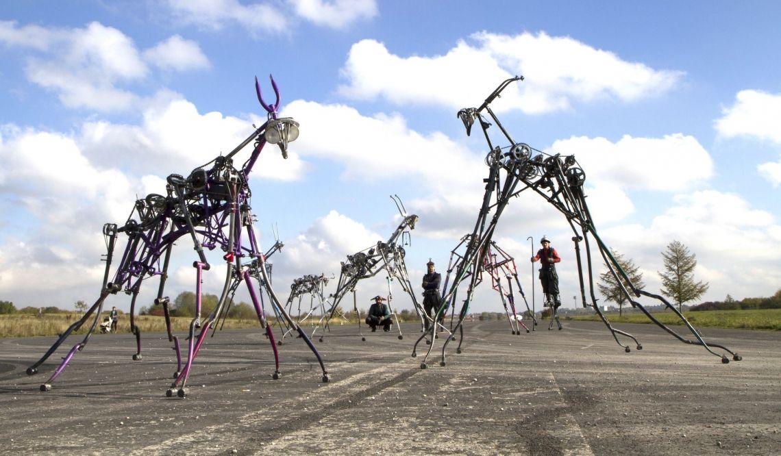 Die Herde der Maschinenwesen Ein Walkact an der Schnittstelle zwischen bildender Kunst und Performance. Ein Stück Entschleunigung, Langsamkeit und Dauer.