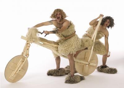 Die Neandertaler In jedem Menschen steckt das Tier! Mobil unterwegs auf dem original historischen Holzrad aus der Steinzeit. Stürmisch ungezügelt und brüllend komisch... aber liebenswert. Walkact