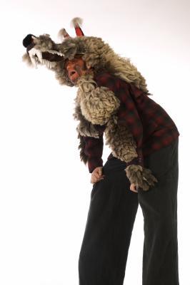 Stelzenfiguren Mond Werwolf Ein ungewöhnliches Paar. Beide etwas mondsüchtig mit Hang zum Träumen. Aber auch kraftvoll und verspielt präsentieren sie sich auf unübersehbare Art und Weise. Walkact auf Stelzen