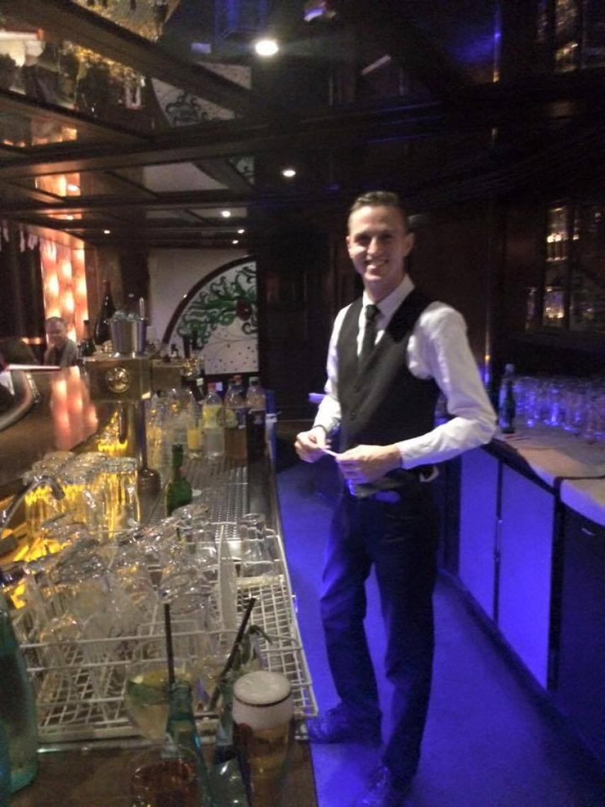 Innenbar Varietésaal Andy, immer gut gelaunt an der Bar