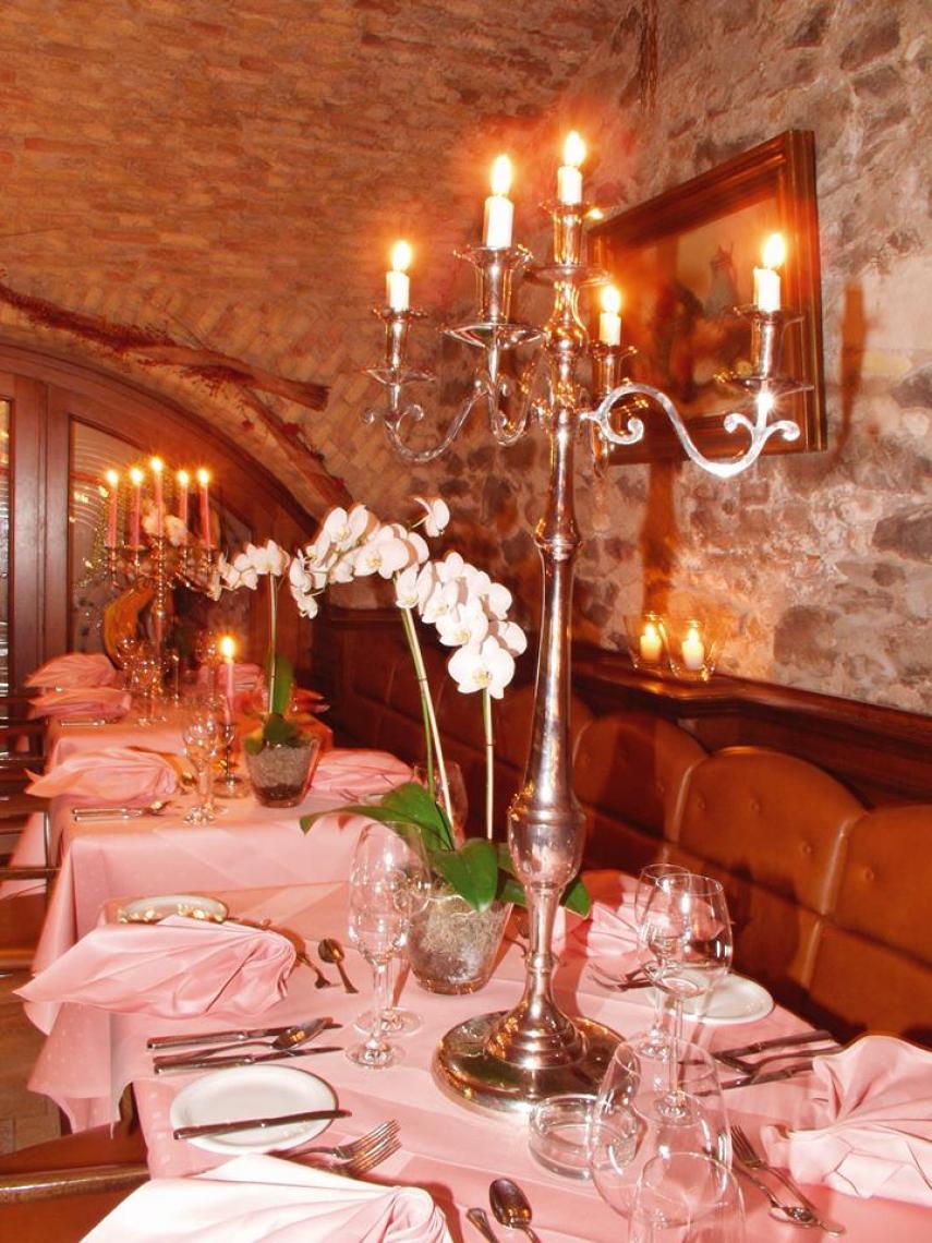 Gewölbekeller, Restaurant vor der Show Lassen Sie sich auch kulinarisch von unserem Küchenteam verwöhnen, Dinner vor der Show, Plätze im Varietésaal sind reserviert.