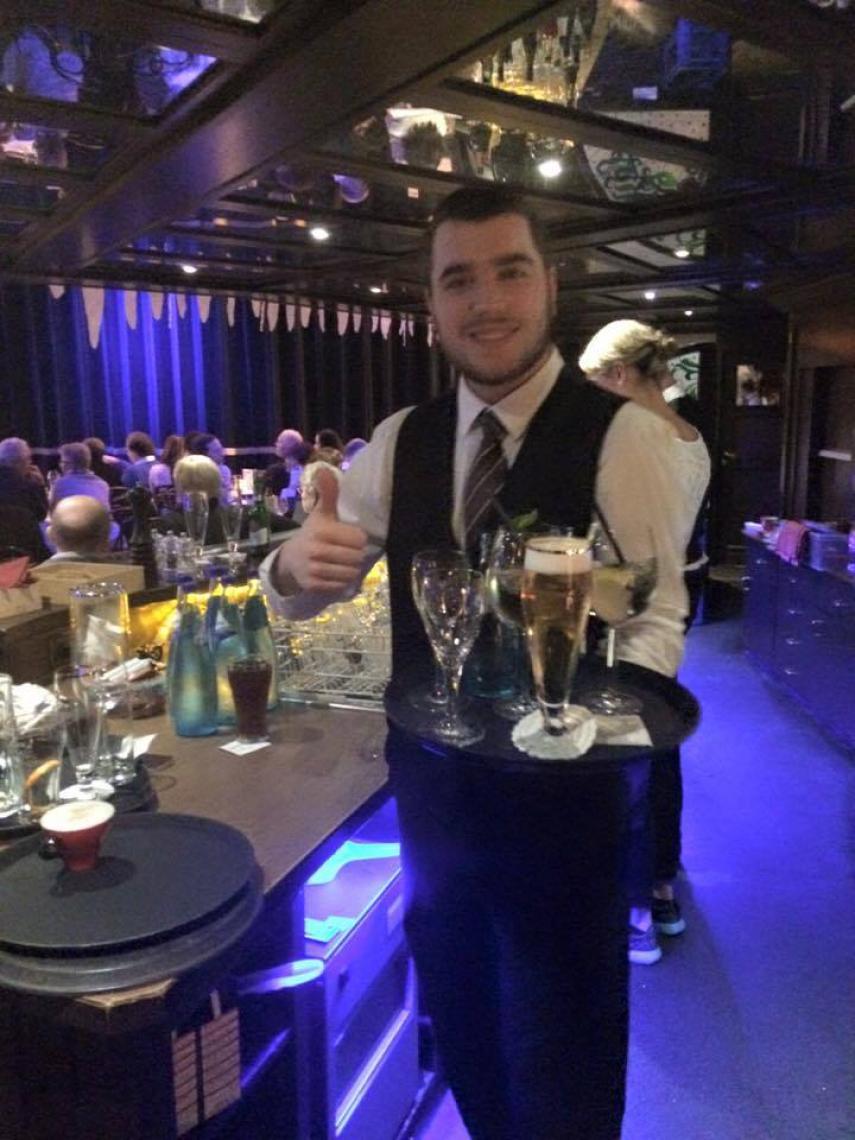 Tom hat Spaß, gleich biegt er um die Kurve und dann steht vor dem Gast ein frisches Bier, mit einem Lächeln, klaro, das ist immer so!