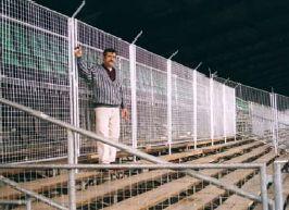 Fanblock-Abtrennung Fußballstadion, St. Gallen RAGG-ZACK-Mobilzaunelemente •Zaunanlage mit abschließbarem Tor bestehend aus 2,0 m hohen RAGG-ZACK-Mobilzaunelementen •Maschung 50 x 50 x 3 mm •mit Stacheldrahtaufnahmen als Übersteigschutz •die Elemente sind variabel nach dem Baukastenprinzip in Höhe und Breite kombinierbar •aushebesicher verschraubbar