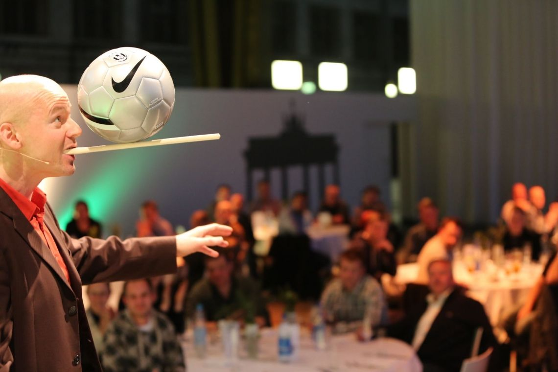 Ballbalance Service-Comedian Armin Nagel in Aktion