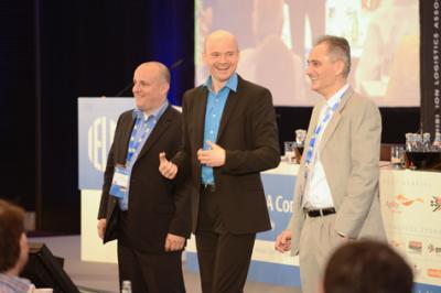 Armin Nagel in Interaktion Armin Nagel als Moderator in Interaktion mit zwei Zuschauern eines internationalen Kongresses
