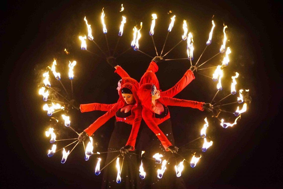 """Feuerfächer-Choreografie Ausschnitt aus dem Abendprogramm """"Elements of Life"""""""