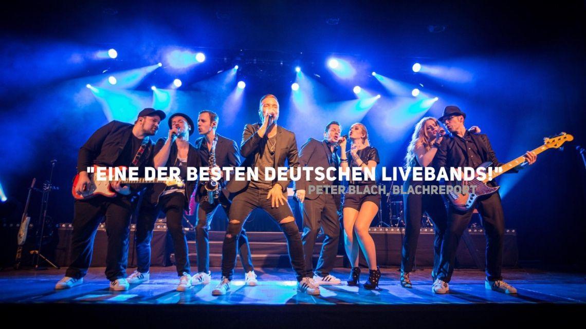 """GOODFELLAS - Premium Livemusic Entertainment """"Eine der besten deutschen Livebands!"""" Peter Blach, Chefredakteur Blach Report  Die Referenzliste der GOODFELLAS liest sich wie das Who is Who der internationalen Eventbranche. Allein in den letzten drei Jahren begeisterte die bis zu 12-köpfige Premium-Band Kunden & Gäste auf den vielfältigsten Veranstaltungen in ganz Deutschland - und 8 weiteren europäischen Ländern!   """"Ich habe lange nicht mehr mit soviel Spaß getanzt und in so viele glückliche Gesichter geschaut!"""" Karola Paul I ebay  Der Name GOODFELLAS bedeutet soviel wie """"gute Wegbegleiter"""" - und wenn Sie für Ihre nächste Veranstaltung eine Premium-Band buchen möchten und sich darauf verlassen wollen, dass Ihre Gäste absolut begeistert werden, dann sind die GOODFELLAS die besten Wegbegleiter, die Sie sich wünschen können!  Die GOODFELLAS wurden bereits mehrfach ausgezeichnet: 2 x mit dem Conga Award in der Kategorie """"Top 10 Entertainment"""" sowie dem Artist Allstars Award als """"Musiker des Jahres!""""    GOODFELLAS - DER KURZFILM:  http://blog.music4friends.de/goodfellas-der-kurzfilm/"""