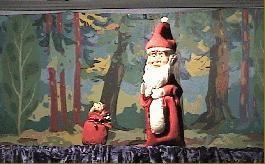 Der gestohlene Weihnachtsbaum Der Seppel teilt den Kindern mit, dass der Kasper sicht etwas verspätet weil er in den Wald gegangen ist, um einen Weihnachtsbaum zu holen. Als der Kasper bei den Kindern erscheint, schlägt er vor, gemeinsam den Baum zu schmücken und holt den Weihnachtsschmuck. Währenddessen erscheint der Räuber und sieht den schönen Baum und stiehlt diesen. Als der Kasper das von den Kindern erfährt macht er sich auf den Weg und holt den Baum zurück. Dabei erleben die Kinder und der Kasper ein spannendes Abenteuer bei dem auch die Hexe, die sich zwischenzeitlich den Baum beim Räuber gestohlen hat und den Baum verbrennen will weil sie Weihnachten nicht mag. Wie es ausgeht??? - Lasst Euch überraschen!!!