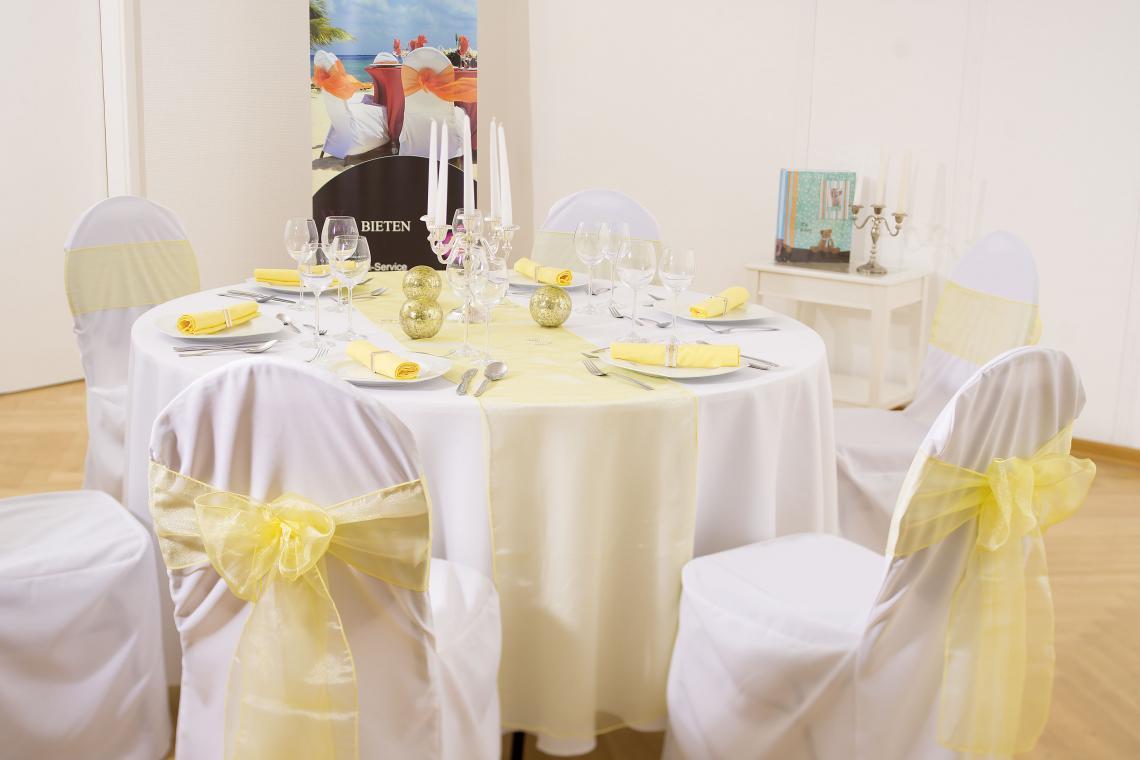 Showroom Baden-Baden Mögliche Dekoration: Hussen weiß, Tischdecke weiß, Bänder Organza hellgelb