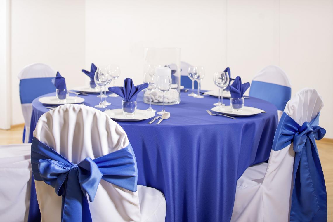Showroom Baden-Baden Mögliche Dekoration: Hussen weiß, Tischdecke royalblau, Bänder Satin royalblau