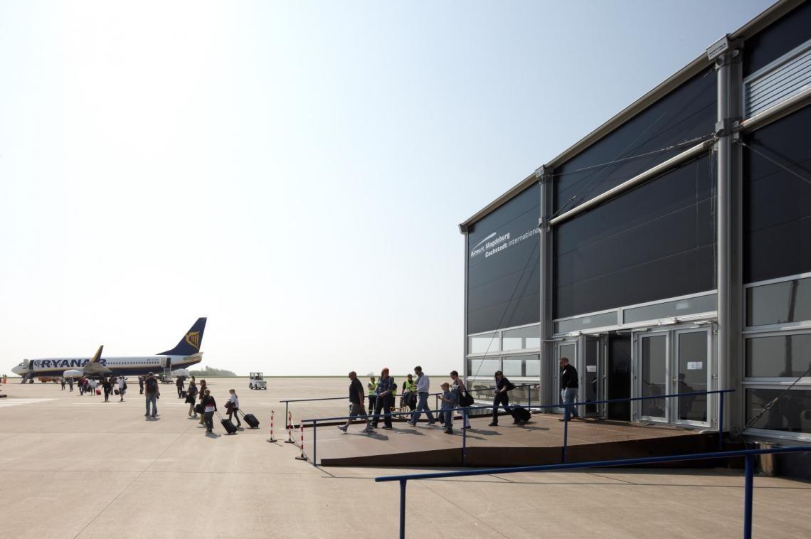 AirportTerminal Semipermanenter Terminal von Neptunus am Flughafen Magdeburg/Cochstedt International (CSO). Mit Neptunus sind der kreativen Raumlösung bei Platzmangel keine Grenzen gesetzt. Flughafenerweiterung sind mit den temporären Gebäuden von Neptunus kein Problem. Neptunus bietet die ideale temporäre Lösung an.