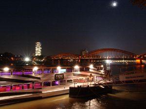 Pure-liner bei Nacht Event-Schiff Pure-liner von außen bei Nacht in Köln