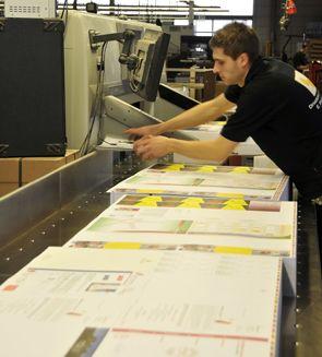Weiterverarbeitung In der Weiterverarbeitung werden die Drucksachen, wie Flyer, Broschüren, Plakate, Visitenkarten uvm. aus den Sammelformen geschnitten, veredelt, gestanzt und geheftet. Anschließend gehen sie in den Versand.