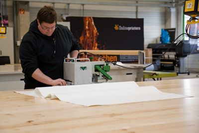 Large Format Printing In der LFP-Abteilung werden großformatige Werbesysteme wie Banner, Plots, Planen, Werbeschilder, Citylight-Poster, aber auch Flaggen, Fahnen sowie textile Faltsysteme hergestellt.