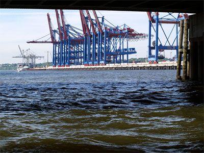 Tour der Giganten So haben Sie Hamburgs Hafen noch nie erlebt. Ganz dicht bei den Giganten im Hafen.