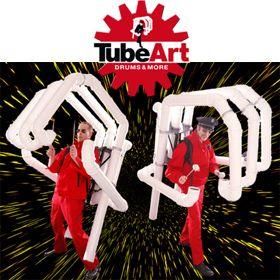 """TubeMen Das virtuose Percussionensemble  ... tritt in einer Einsatzstärke von 4 bis 10 Performern auf, wobei auf allem getrommelt wird, was nicht """"niet- und nagelfest"""" ist. Das Instrumentarium reicht hierbei von klassischen Kesselpauken, Ölfässern und eigens entwickelten Klangkörpern bis hin zu Riesengongs."""