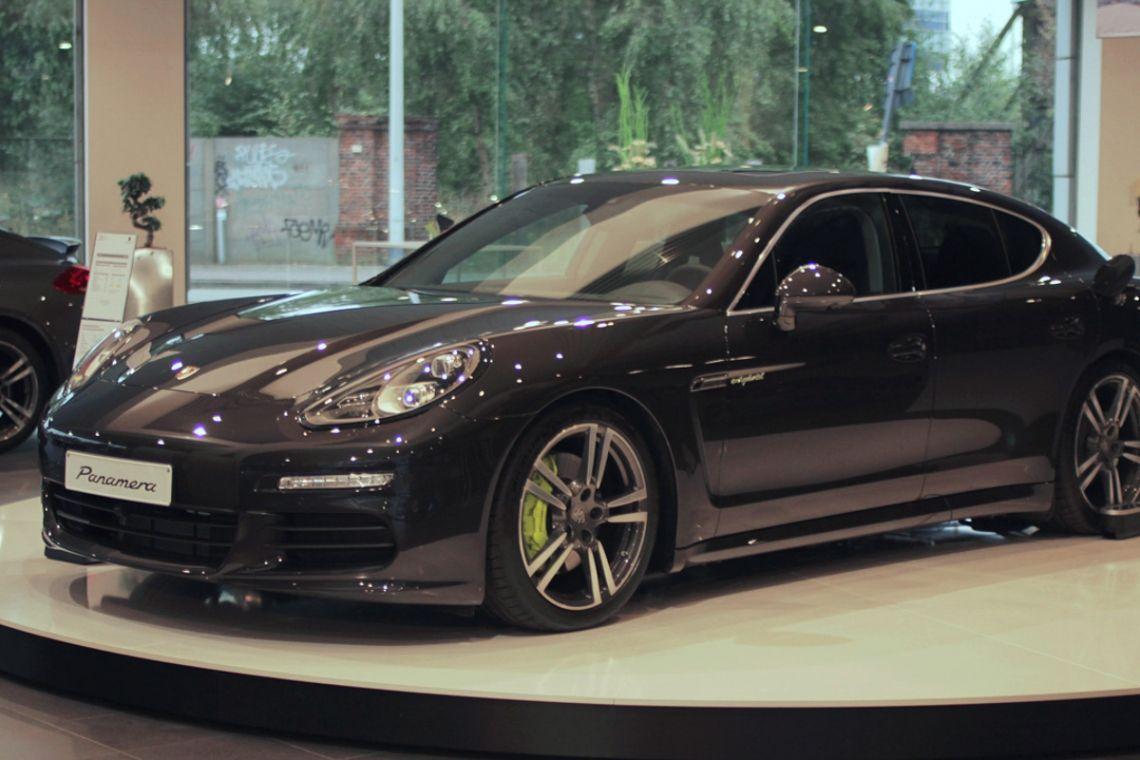 Autodrehplattform Showroom Porsche | Pre-Motion Eine Autodrehscheibe in Ihrem Showroom zeigt Ihre Autos von allen Seiten. Eine fantastische 360°-Präsentation! Werfen Sie hier einen Blick in den Porsche-Showroom in Antwerpen.