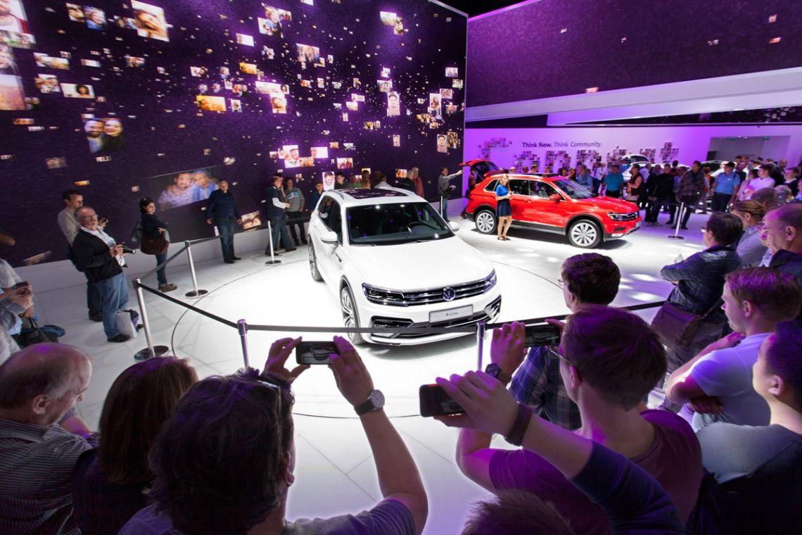 Autopräsentation Volkswagen IAA Frankfurt | Pre-Motion Ausgefallene Autopräsentation auf der Automesse Deutschlands: der IAA Frankfurt. Einführung des neuen Volkswagen-Modells auf einem Drehpodium von Pre-Motion.