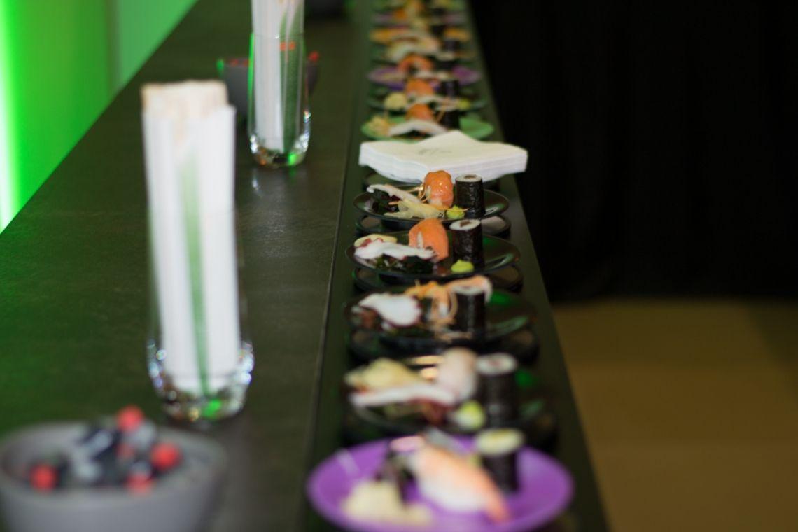 Sushibar mit Förderband | Pre-Motion Auf das Förderband stellt die Bedienung im Handumdrehen die Sushis, Cocktails oder andere Leckerbissen. Der Gast guckt sich die Augen aus dem Kopf nach all den Leckereien, die vorbeikommen.
