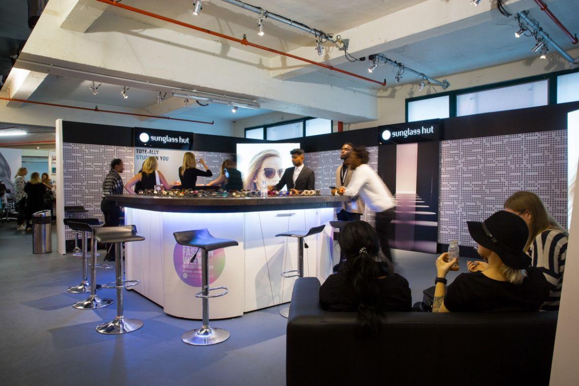 Eine mobile Sushibar für originelle Produktpräsentationen | Pre-Motion Mieten Sie diese mobile Sushibar schon für 1 Tag. Stellen Sie die Designbar in Ihre Räumlichkeiten und lassen Sie Ihr Personal hinter der Bar Position beziehen. Jetzt können Ihre Gäste kommen.