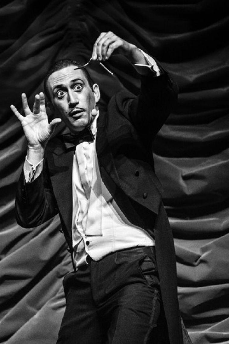Jorgos Katsaros Nobel, zurückhaltend, magisch und lustig – so begleitet Sie Jorgos Katsaros durch die Show. Der Stuttgarter mit griechischen Wurzeln zeichnet sich durch leichten, trockenen Humor und feinsinninge Improvisationen aus, mit dem ein oder anderen Trumpf im Ärmel. Er sieht gut aus, wie alle Griechen, kennt viele Tricks, manche funktionieren, falls nicht, spielt er eben Geige. Halb Schwabe, halb Grieche – eine gefährliche Mischung: Die einen müssen sparen, die anderen sollen! Katsaros führt Sie hinters Licht, entzündet die Kerze im Herzen und eine Wunderkerze in der Seele oder wo Sie sonst gerade Platz haben. Und eins noch: unheimlich preisgekrönt ist er natürlich auch!  Mit dem humorvollen Jorgos Katsaros wird jeder Event ein garantierter Erfolg.