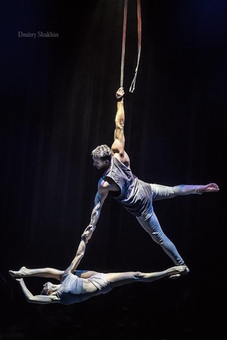 Duo Spirit Luiza und Dmitrii trafen sich vor 9 Jahren, als sie in Russland in derselben Show arbeiteten.  Dmitrii hat einen Hintergrund in Sportakrobatik, und Luiza, aus einer Zirkusfamilie, war früher eine Luftakrobatin.  Sie haben sich ineinander verliebt und beschlossen, einen gemeinsamen Akt zu schaffen.  Seitdem haben sie die Welt bereist und entwickeln ständig neue Aspekte ihrer Shows.  Sie waren wichtige Teilnehmer an mehreren neu entwickelten Shows auf der ganzen Welt.
