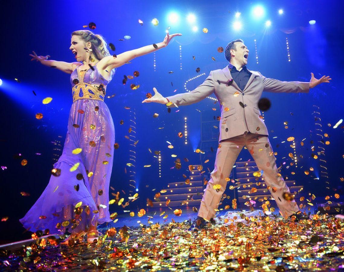 Oxana und Vadim Tanz- und Akrobatikshow, untermalt mit Quick Change  Die beiden Absolventen der Artistenschule in Kiew haben sich bereits im Alter von sieben Jahren kennengelernt: Heute sind sie glücklich verheiratet und spiegeln in ihrer Darbietung die Geschichte zweier sich umwerbender Menschen wieder. Quick Change Elemente machen diese Tanz- und Akrobatik-Choreografie zu etwas ganz Besonderem.