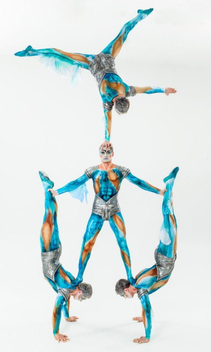 Atlantis Vier Meister der Körperbeherrschung und Balance entführen in eine Phantasiewelt. Mit mystischer Ausstrahlung lassen sie ihre Körper zu Traumbildern und märchenhaften Figuren verschmelzen. Lebenden Weltwundern gleich, zaubern sie faszinierende Visionen in der Manege und bauen akrobatische Skulpturen, als wären ihre Körper aus biegsamen Stahl. Magische Muskelspiele nehmen ihren Lauf. Mit schwebender Leichtigkeit zelebrieren sie die Kunst des mühelosen Verbiegens und Verdrehens und schichten ihre Körper zu kühnen Lebend- Baukunstwerken. Eine brillante Demonstration menschlichen Könnens. In totaler Perfektion. Dank totaler Konzentration. Sie spannen ein Netz aus Phantasie und verführen zum träumen.