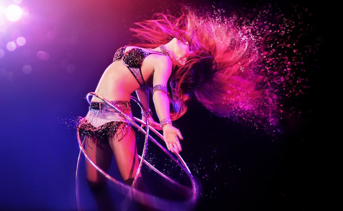 Alla Klyshta Eine Hula-Hoop-Tänzerin, die eine unterhaltsame Show präsentiert  Wäre Alla Klyshta nicht Akrobatin geworden, so wäre sie heute Tänzerin. Spielend bringt sie ihr Talent und Können in ihre rasante Darbietung ein. Alla erzeugt mit ihren Reifen einen wirbelnden, mitreißenden Tornado. Mit viel Tempo und unzählig vielen Hula Hoop Reifen verzaubert die schöne Alla ihr Publikum. In ihrer, alles andere als angestaubten, Hula-Hoop-Performance stellt sie viele ihrer Kollegen weit in den Schatten. Nicht nur mit ihrer Aura, auch mit ihrem Talent, die absolute Kontrolle über ihre kreisenden Reifen zu haben.
