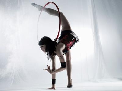 Anna Stankus Anna Stankus zählt zur neuen und frischen Generation des internationalen Varietés. Die junge Artistin aus der Ukraine begann ihre Kariere als Meisterin der Sportgymnastik und Kunstturnen und entwickelte sich zu einer ausgezeichneten Artistin, Hula-Hoop-Akrobatik mit anmutiger Kontorsion und Handstand-Artistik verbindet. Mit dieser von Eleganz und Körperbeherrschung geprägten Darbietung ist sie einmalig auf der Welt. Staunend registriert der Zuschauer, wie die Ringe um ihren zarten und in scheinbar undenkbaren Positionen gebeugten Körper kreisen, der zugleich temperamentvolle Bewegungen ausübt. Dennoch beherrscht eine Stimmung von Ruhe und Konzentration die Szene - Faszination und Kunst.