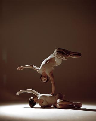 """Duo Passion Passion pur: ein Wechselspiel zwischen der Aufforderung und der Hingabe, sinnliche weiche Linien, kraftvolle Hebungen, schwerelose Anmut – Nataliya und Viktor Nebrat schaffen einen wahren Augenblick der Leidenschaft in ihrer equilibristisch-choreografischen Darbietung """"Passion"""". Von melancholischen Cello-Tönen umgeben brillieren die beiden Absolventen der berühmten Kiewer Artistenschule durch ihre perfektionierte Partnerakrobatik in einer Inszenierung, die die Atmosphäre zum Knistern bringt. Nataliya und Viktor Nebrat wurden auf den Festivals in Paris/Frankreich """"Festival Mondial Du De Demain"""" und Tornai/Belgien """"La Piste aux Expors""""(Bronze Medaille) ausgezeichnet. Neben Engagements in Event- und Galaveranstaltungen in Europa, können sie auf Auftritte im Wintergarten Variete Berlin, Roncalli ´s Apollo Variete Düsseldorf und dem Cabaret du Casino Monte Carlo hinweisen. In verschiedenen Fernsehsendern in Deutschland, Belgien, Spanien, Frankreich und Chile, waren sie bereits präsent. Für internationale Messepräsentationen konnten wir bereits führende deutsche und internationale Firmen vertreten; so unter anderem V W, Mercedes, Jaguar, Opel, Citroen, Toshiba, Nissan, FULDA Reifen, Garant Möbel, Procter & Gamble, Ericcson, Xerox u.v.a.."""