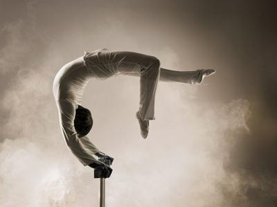 """Maxim Bondarenko Ein Meister und Könner seines Handwerks ist der 25-jährige Maxim Bondarenko, der von 1995-1999 in der Zirkusschule in Kiew ausgebildet wurde. Seine Handstandartistik fasziniert durch unglaubliche Präzision und Ausdruckskraft und wurde im Jahre 2004 beim Varietéfestival """"Le Feux de la Rampe"""" in Paris mit Bronze ausgezeichnet. Scheinbar mühelos bewegt er sich auf und zwischen zwei Stäben, gleitet an ihnen sanft und federleicht hinab und verbiegt seinen Körper nach allen Seiten, als wäre es das Leichteste der Welt. Dabei erfüllen sanfte Klänge den Saal, die Bühne ist in sanftes Licht gehüllt und Bondarenko taucht – ganz in weiß wie ein Engel - in diese verzaubernde Stimmung ein. Staunende Augen seitens des Publikums und tosender Applaus belohnen den jungen, mehrfach preisgekrönten Equillibristen für seine unbeschreibliche Darbietung."""