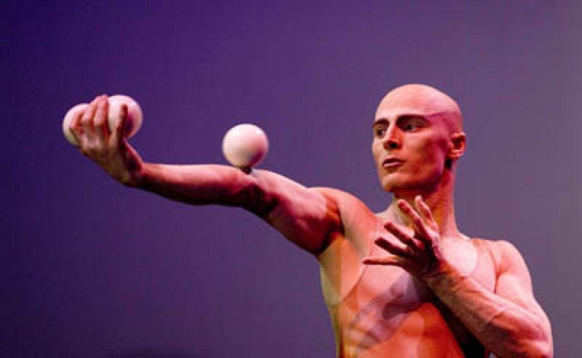 Viktor Kee Viktor Kiktev mit dem Künstlernamen Viktor Kee ist ein Ausnahmetalent des Jugglings, der die Kunst des Jonglierens neu erfunden hat. Er spielt mit den kleinen Bällen als wären sie schwerelos. Seine Show ist ein Highlight jeder Veranstaltung, bei dem die Zuschauer aus dem Staunen nicht mehr herauskommen. Eine magische Kombination aus fachlicher Perfektion, Akrobatik, Tanz und dem faszinierenden Juggling. Entertainment pur.  Seine Leidenschaft für das Juggling entdeckte er bereits als Kind und übte seit dem unermüdlich. Besonders mit der harten, vierjährige Ausbildung in der weltbekannten kiever Zirkusschule legte er die Basis für seine Karriere.