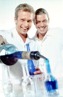 150 Cocktails in 20 Minuten Erleben Sie 20 Minuten Cocktailartistik mit garantiert hochprozentigem Ausgang.