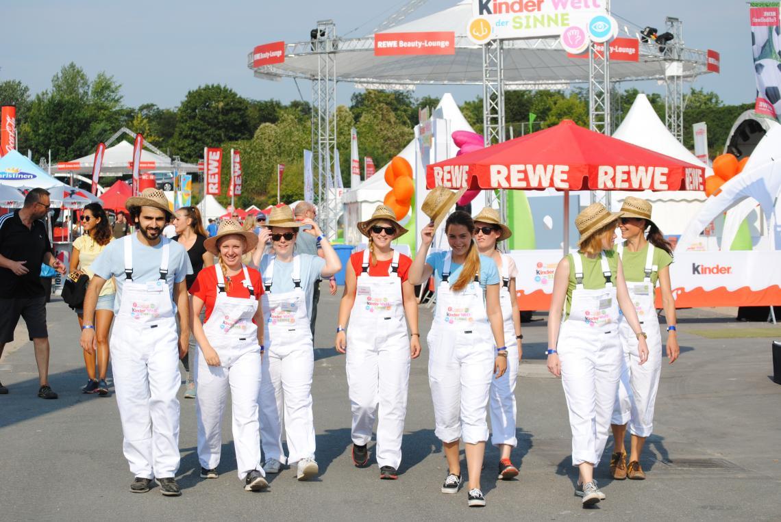 Unsere tollen Mitarbeiter/innen Hier bei den Rewe-Family-Days in Berlin - Ferrero Welt der Sinne 2015
