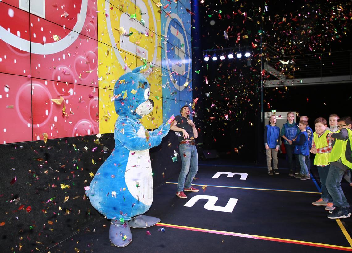 Siegerehrung bei 1, 2 oder 3 Es wird gefeiert mit Konfettiregen und Videobotschaft von Elton