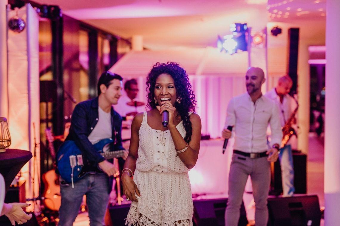 Soundshine Latinband, Salsaband, Salsa Partyband Unsere Latinband bringt südamerikanisches Glücksgeführ pur auf Ihre Feier. Lassen Sie sich mitreissen - eine Musik, die pure Lebensfreude ausstrahlt.