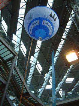 Modellballon mit elektrisch betriebener Heißstation Für hohe Räume wie Flughäfen etc. wurde dieser Spezialballon entwickelt. Über eine elektrische Heißstation steigt der Modellballon bis zu 30 Meter und sinkt, indem er abkühlt langsam wieder. Ein einmaliger Hingucker für Jung und alt