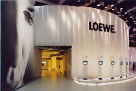textile Architektur--Messewand luftgefüllt Diese mit luft gefüllte Messewand ist 7 m hoch und 50 m lang. Sie steht eigenständig mit innenliegenden Gebläsen im Dauerbetrieb. Aufbauzeit 3 Mann - 1 Tag. Material leichtes beschichtetes Gewebe- schwer entflammbar nach DIN 4102