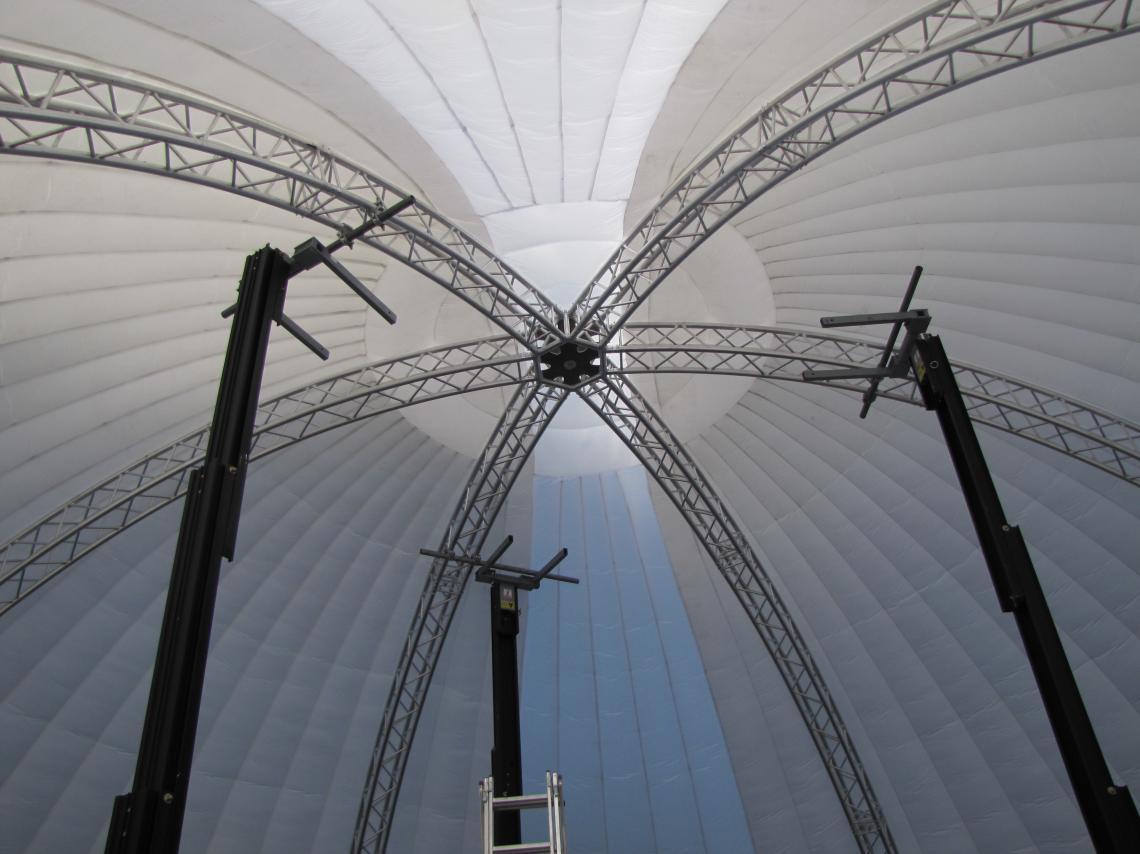 Airdome von innen Airdome mit innenliegender Traversenkonstruktion