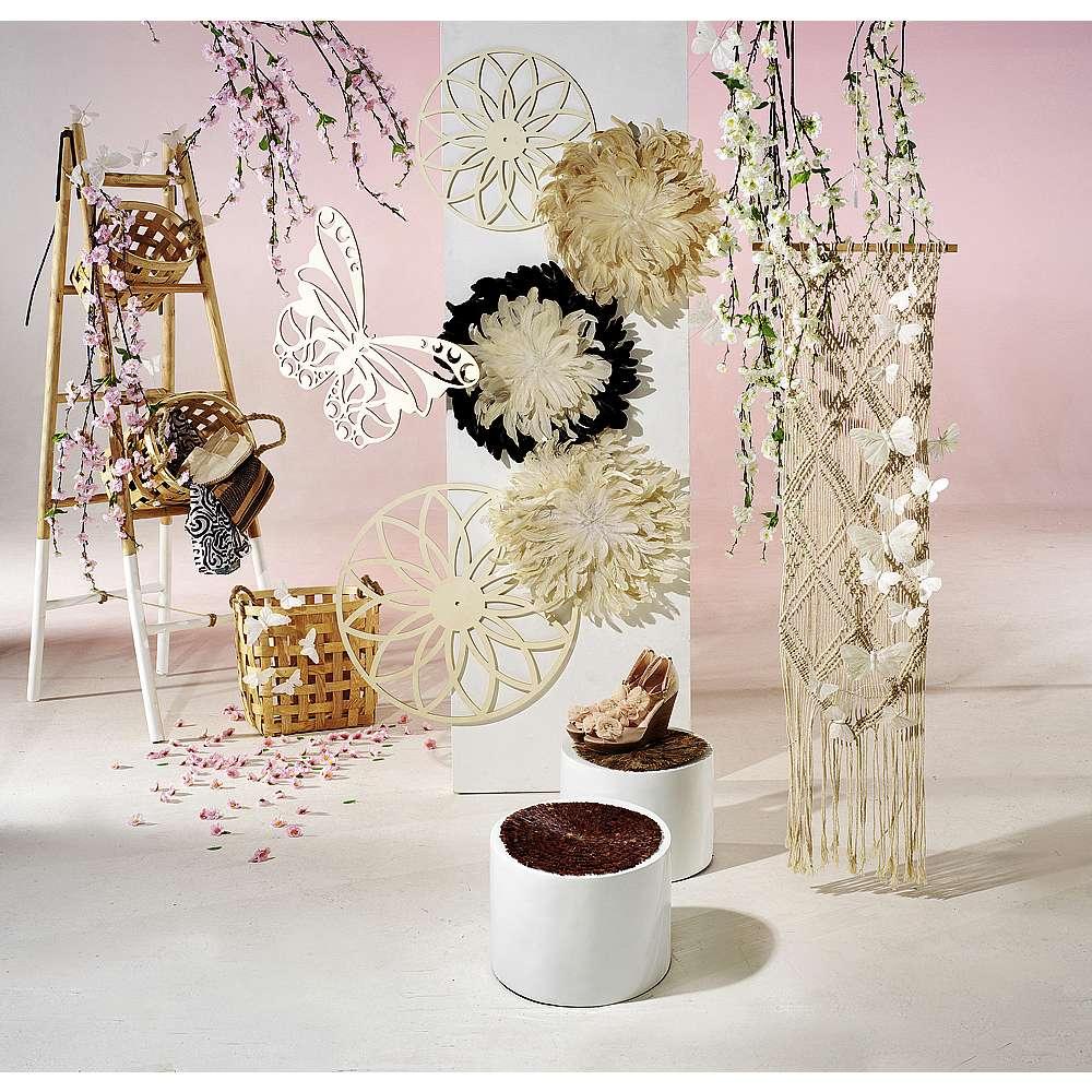 Dekoidee Romantic Boho Boho Look, kurz für Bohéme oder Bohemian ist DER romantische Sommerlook für Ihr Schaufenster! Der Mix macht's: elegante Elemente in zarten Pastellfarben und Erdtönen, Muster im Ethno-Stil, große Blumen-Prints und natürliche Materialien wie Federn und Holz spiegeln das Lebensgefühl der 60er und 70er Jahre wider und interpretieren die Flower-Power-Zeit in einem modernen Look neu.