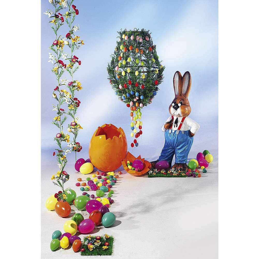 Dekoidee Bunte Ostereier Heben Sie sich an Ostern mit einer ungewöhnlichen Dekoidee ab: in unserem Dekobeispiel wurden zahlreiche Eierketten und Zypressen-Ranken um einen Metall Lüster dekoriert.