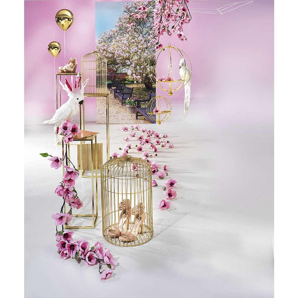 Dekoidee Pink Magnolia Edel wirkende Metall-Elemente wie Vogelkäfige oder Hängeampeln gehen mit imposanten Magnolienblüten eine sehr elegante Beziehung ein. So wirkt die Frühlingsdekoration frisch und modern zugleich.