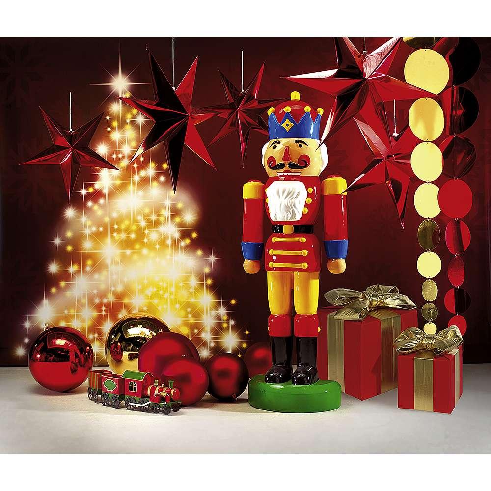 Dekoidee Nussknacker Tradition trifft auf XXL-Deko - der Riesennussknacker ist das Highlight neben glänzenden XXL-Stern in 5-Zack- oder 7-Zack-Format. Passend dazu gibt es XXL-Faltpäckchen und XXL-Weihnachtskugeln in den klassischen Farben Gold und Rot.