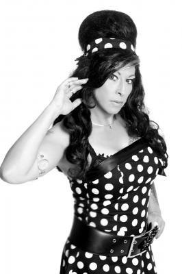 """Amy Winehouse Double Im Mai 2012 ausgezeichnet mit dem Kult-Star Award 2012' erhält  unser """"Amy Winehouse Double"""" ebenfalls im November 2012 den 1. Deutschen Parodisten-und Imitatorenpreis. Mit dem sogenannten """"Marktheidenfelder Stern"""" wurde die Sängerin von einer Fachjury zur Siegerin gekürt und erhielt zusätzlich noch den begehrten Publikumspreis.  Schrill trat die Siegerin Esther  als »Amy Winhouse Double« ins Rampenlicht. Mit Liedern wie »Valerie« oder »Our day will come« sang sie sich in die Herzen des Publikums. Die Nähe zu ihrem Vorbild gelang ihr dabei wie keinem zweiten Künstler des Abends. Erst am Ende des Vortrages outete sie sich als waschechte Hamburgerin."""