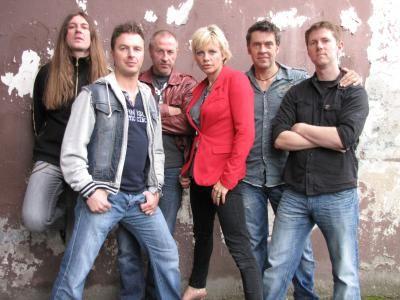 """Bon Jovi Tribute Band  Mit """"B-Jovi"""" erscheint eine völlig neu formierte Tributeband im Olymp des Rockhimmels.  Diese Gruppe besteht aus in der Ruhrgebiets-Musikszene bekannten Gesichtern, die allesamt leidenschaftliche und talentierte Musiker sind. Mit """"B-Jovi"""" wird dem Publikum die Möglichkeit geboten, eine Zeitreise durch 25 Jahre Musikgeschichte mitzuerleben, denn vom Debütalbum """"Bon Jovi"""" bis zum aktuellen Album """"The Circle"""" wird nichts ausgelassen und alles Bekannte gespielt.  Den Bandmitgliedern ist kein musikalischer und technischer Aufwand zu hoch, um dem Publikum einen abwechslungsreichen und unvergesslichen Abend zu bieten."""