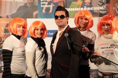 """Robbie Williams Double & Rock DJ Band """"Robin"""" - GEWINNER DES STARS & LEGENDS AWARD 2007 als bester Starimitator. Erneut nominiert für 2011. Lassen Sie sich begeistern und erleben Sie die No.1 Robbie Williams Tribute-Show mit dem ROBBIE WILLIAMS Tribute Künstler """"Robin"""": Die professionelle Live-Show mit den besten Songs aus dem endlosen Repertoire des Superstars. Let him entertain you!  Robin: Die deutsche Stimme von Robbie Williams. Ein charismatischer Entertainer mit großer professioneller Bühnenerfahrung. Robin bringt jedes Publikum in seinen Bann – Jedes!  """"Robin"""" ist das einzigartige \\\""""Robbie Williams\\\"""" Erlebnis mit Live-Gesang! Sänger Robin ist \\\""""Mr. ROCK DJ\\\"""" und wurde bei dem \\\""""Stars & Legends AWARD 2007\\\"""" als bester Starimitator gewählt.  Robin ist nicht nur einer der authentischsten Robbie-Williams-Doubles – """"ROCK DJ"""" ist DIE angesagteste \\\""""Robbie Williams Tribute Show\\\"""". Die Live-Show bietet Energie, Entertainment und Flair.  Die Zuschauer vergessen bei der explosiven und gefühlsgeladenen Show leicht, dass sie von einem Starimitator in den Bann gezogen werden. Denn bei Robin  passt von der Stimme bis zum Auftreten wirklich alles. Er bietet Ihnen das komplette Programm: Romantische Balladen bis zu knallharten Rock-Hits. Von den ersten Titeln seiner Solo-Karriere bis zu den aktuellsten Chart-Breakern.  Buchbar als Robbie Williams Double Show Solo mit Halbplayback, im Trio, als Quartett mit Sängerin, als Quintett oder auch Bigband mit zusätzlichen Bläsern, Background-Sängerinnen und Tänzerinnen"""