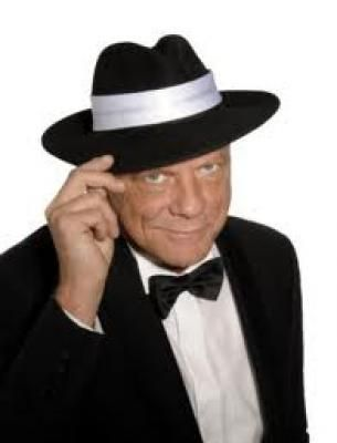 """Frank Sinatra Double """"Die Sinatra-Story"""" ist eine musikalisch-biographische Zeitreise durch das bewegte Leben und die Musik des größten Entertainers des letzten Jahr-hunderts: Frank Sinatra. Zweifellos hat Frank Sinatra bei jeder Generation Kultstatus erreicht, und sein Lebenswerk wird sicher auch weit in unser Jahrtausend hinein wirken.  Unser Double singt alle großen Sinatra-Welthits verblüffend echt und plaudert als """"Frank Sinatra"""" amüsant und informativ aus seinem Leben.  Das Talent zu Gesang und Entertainment  wurde ihm schon in die Wiege gelegt und durch jahrelange Arbeit als """"Frontman"""" in professionellen Bands stets weiter ausgeprägt.  Für das begeisterte Publikum zeichnet er den Lebensweg des einmaligen Entertainers entlang der Stationen einer bewegten Karriere nach, eingebettet in die einmalige Musik, und schafft für seine Zuschauer so eine wunderbare Illusion – ein beeindruckendes Konzerterlebnis, das ebenso gut in Las Vegas stattfinden könnte.  Buchbar als z. B. Dinnershow Solo mit Halbplayback, mit 4köpfiger Band oder mit 15köpfigem Orchester"""