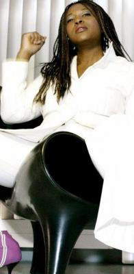 """Shondell - A Black Soul for your Party! Shondell ist eine Sängerin der Extraklasse . Ihren ersten europaweiten Hit hatte sie mit dem Song """"Beach Ball"""" der deutschen Produzenten Nalin & Kane.  Sie erreichte die Nummer 10 der deutschen Charts und die Nummer 4 der britischen Charts.  Geboren in Los Angeles ist Deutschland die Wahlheimat von Shondell geworden. Das Singen hat sie, wie viele bekannte farbige Sängerinnen, im Gospelchor ihrer Kirche gelernt.   Ihre Stimme und auch ihre schauspielerischen Talente wurden eindrucksvoll in Hollywoodfilmen wie """"Sister Act II"""" mit Whoopi Goldberg und """"Demolition Man"""" mit Arnold Schwarzenegger unter Beweis gestellt.  Aber das Herz eines jeden Vollblutmusikers liegt zu allererst auf der Bühne. LIVE ist das Zauberwort.   Das Repertoire erreicht die volle Bandbreite schwarzer Musik: Soul, Motown, Gospel, Jazz, Funk, Disco und Pop. Damit bringt Sie jedes Publikum zum Kochen!"""