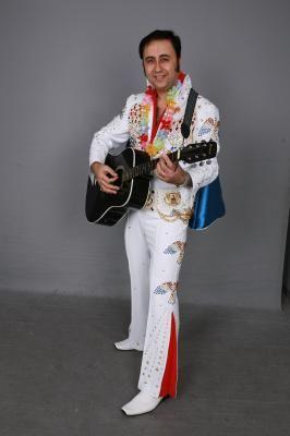 Elvis Presley Double Unser Elövis Presley Double gilt als einer der besten und erfolgreichsten Elvis Tribute Künstler Deutschlands und Europas. Er war Stargast in zahlreichen Radio- und Fernsehsendungen und hat in einigen Spielfilmen mitgewirkt. Seine Auftrittspalette reicht von der kleinsten Privatfeier, Vereins- und Betriebs-fest, Rock'n Roll-Party, Disco-Highlight bis hin zum größten Stadtfest!  Dieser Künstler singt 100% live!!! Entweder zum Halbplayback oder in Begleitung seiner Elvis Tribute Band. Sein Repertoire umfasst ca. 200 Elvis-Lieder aus den Bereichen Rock'n Roll, Liebesballa-den, Film-Hits,  Country-Songs, Weihnachtslieder und Gospels! Er besitzt über 30 verschiedene Elvis Kostüme. Zudem verblüfft sein Publikum mit einer zum verwechseln ähnlichen Elvis Stimme und einer Show wie einst Elvis in seinen besten Jahren.